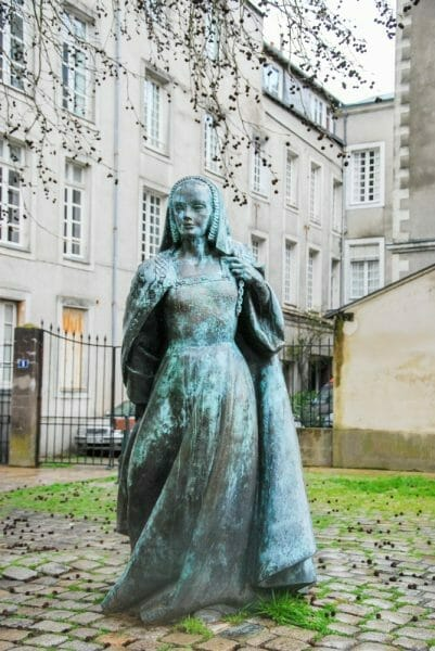 Statue of a woman in Nantes